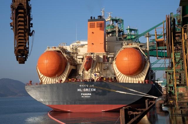 포스코, 세계 첫 LNG연료 대형 벌크선 운항…대기오염 99% 줄여