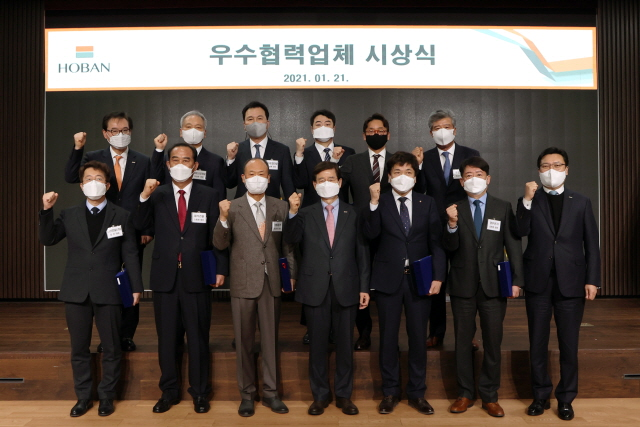 김선규 호반그룹 총괄회장(왼쪽 네번째)이 21일 열린 '2021년 우수 협력사 시상식'에서 수상자들과 기념촬영을 하고 있다./호반그룹 제공